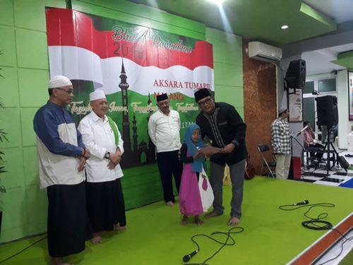 Wakil Walikota Malang Sofyan Edi Jarwoko saat menyerahkan santunan secara simbolik untuk anak yatim dan duafa. (gie)