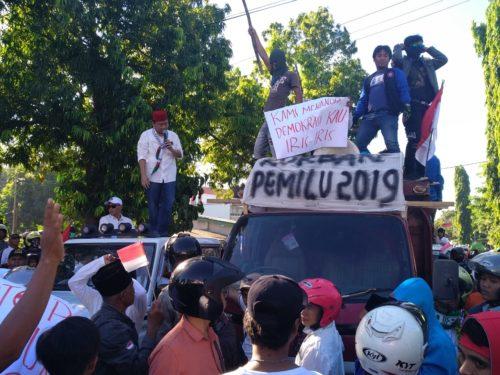 Korlap Aksi Ahmad Zainuri Ghazali saat berorasi di Kantor KPU Kabupaten Situbondo. (im)