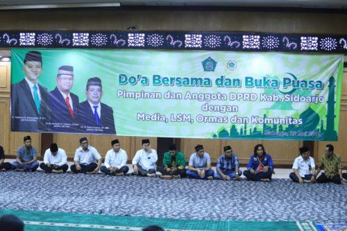 DOA BERSAMA - Ketua DPRD Sidoarjo, Sullamul Hadi Nurmawan mengajak doa bersama dan buka puasa media, LSM, Ormas dan Komunitas di Sidoarjo, Rabu (22/05/2019) petang.11