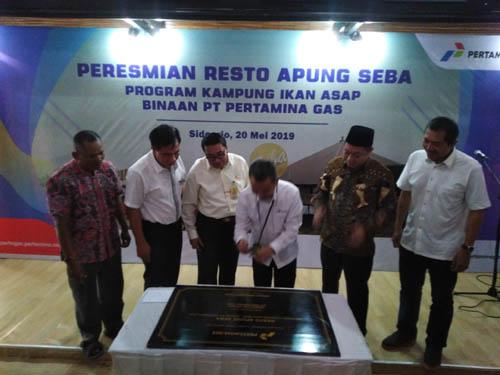 Wiko Migantoro Direktur Utama Pertagas pada peresmian Restu Apung Seba Desa Penatarsewu, Tanggulangin saat menandatangani (gus)
