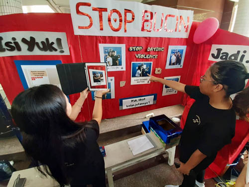 Puluhan mahasiswa Universitas Kristen (UK) Petra Surabaya menyerukan gerakan kampanye Stop Dating Violence 'Anti Bucin', Selasa (21/5).
