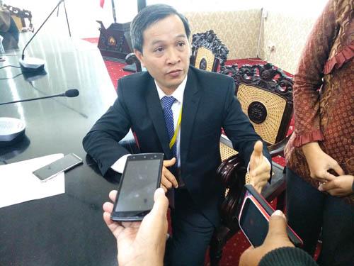 Ketua rombongan AUN-QA, Prof. Dr. Ngo Van Thuyen, menjawab pertanyaan awak media. (rhd)