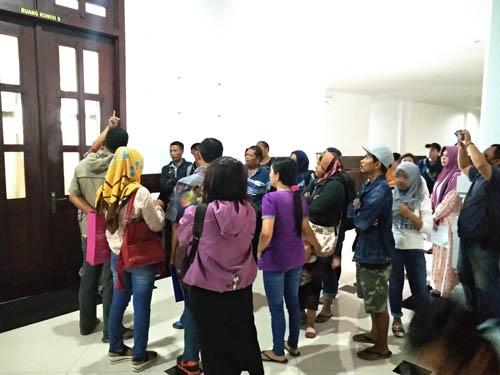 Masyarakat menyerbu gedung dewan. (rhd)