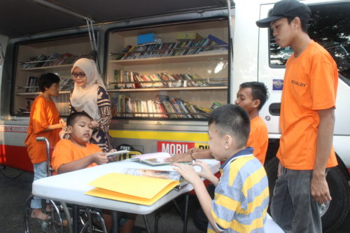 Animo siswa YPAC dalam membaca. (rhd)