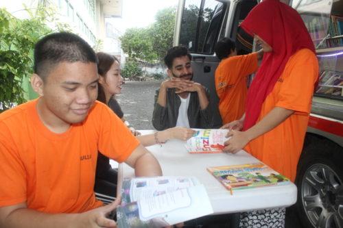Mahasiswa asing UMM berinteraksi dengan anak-anak disabilitas YPAC Kota Malang. (rhd)