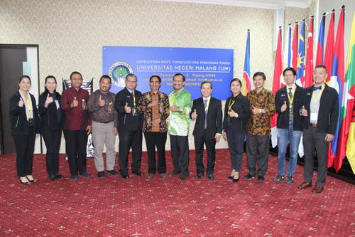 Para assessor AUN-QA bersama jajaran Rektorat UM, usai assesment. (rhd)