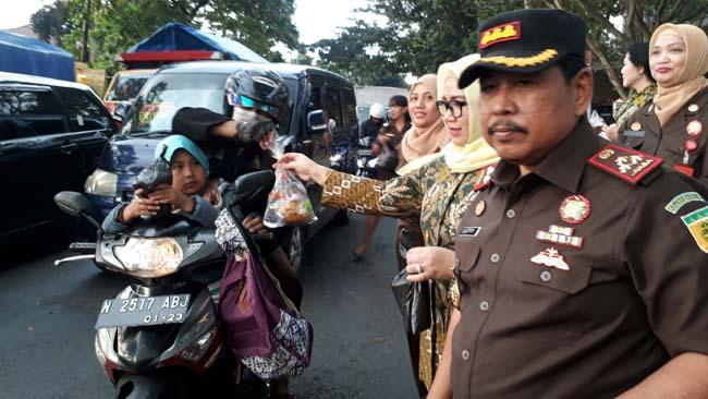 Pembagian menu berbuka puasa Kejaksaan Negeri Kota Malang. (gie)