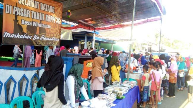 RAMAI: Pasar Takjil Ramadhan Desa Wirotaman Ampelgading