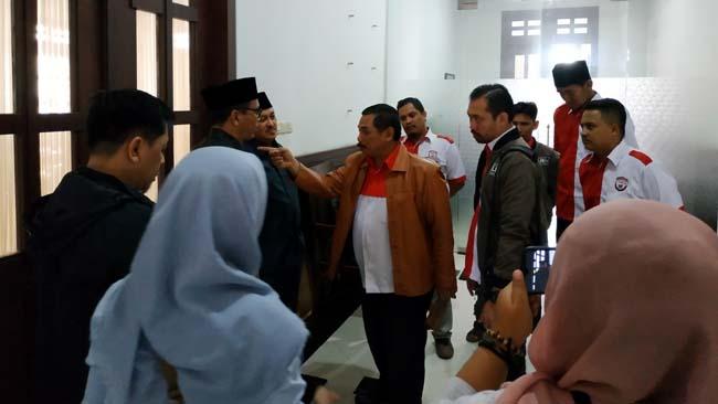 Koordinator LIRA Malang HM Zuhdy Ahmadi saat hendak masuk ke ruang pertemuan anggota Dewan beraama OPPO Malang dan Hotel Atria. (ist)