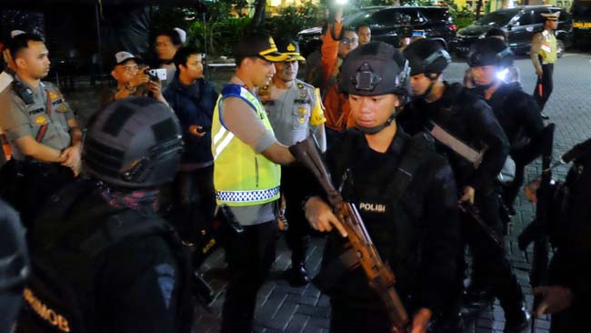 Petugas Gabungan Sweeping Penumpang Bus Jurusan Jakarta di Bungurasih