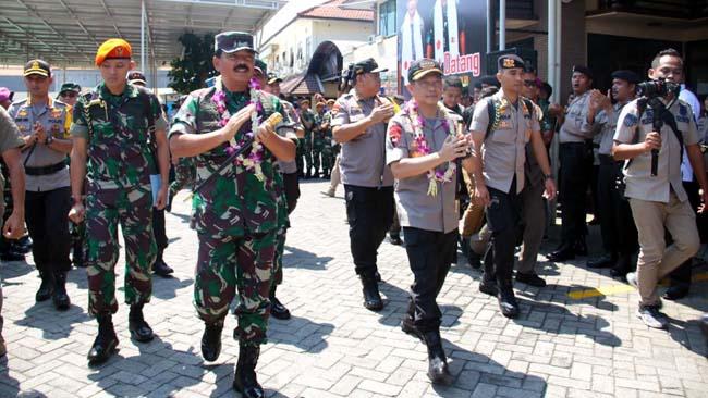 Safari Ramadhan, Kapolri dan Panglima TNI Serahkan Tali Asih ke Keluarga Pahlawan Demokrasi