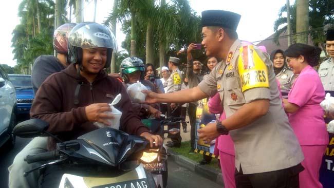 Kapolres Malang Kota AKBP Asfuri SIK MH saat membagiakn takjil di Jl Ijen. (ist)