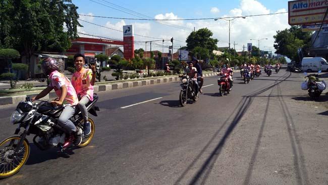 KELILING KOTA: Para siswa - siswi SMA/SMK kelas akhir konvoi di Jalan Basuki Rahmat kemarin. Itu sebagai bentuk perayaan kelulusan. (im)