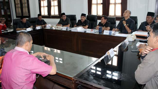 Komisi A DPRD Kota Malang, menjawab pertanyaan awak media. (rhd)