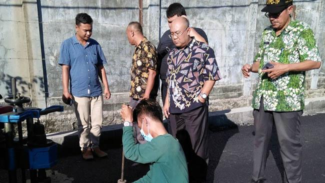 Yudi Tetra ( tengah ) memantau proses Cor drill jalan tembus Kraton Kecamatan Krian. (par)