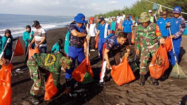 BERSIH-BERSIH : Kasatpolair AKP. Subandi bersama TNI AL, TNI AD, serta masyarakat saat melaksanakan bersih-bersih pantai Cemara, Jumat (28/6/2019) pagi
