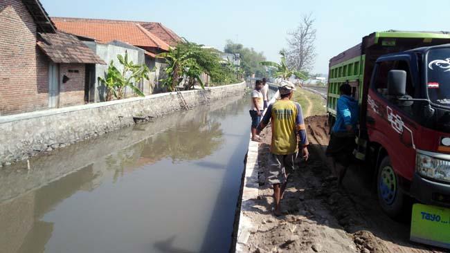 Perbaikan jalan dan saluran sungai di Desa Pesawahan, Kecamatan Porong mengantisipasi banjir di musim hujan. (gus)