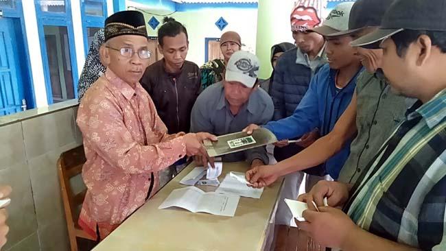 GRATIS : Penyerahan cangkul kepada para petani Desa Pringgondani. (sur)