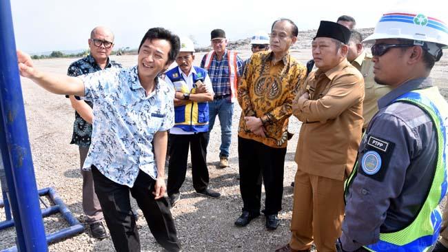KUNJUNGAN - Bupati Sidoarjo, Saiful Ilah menerima kunjungan tim investor pengelolaan sampah di TPA Jabon, Sidoarjo, Senin (15/07/2019)