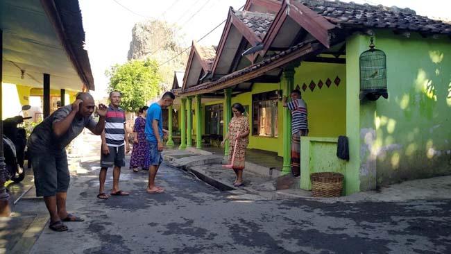 KELUAR RUMAH : Seorang kakek pensiunan TNI merangkak keluar rumahnya setelah gempa bumi berlangsung. (im)