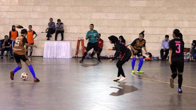 Pertandingan tim futsal putri Unesa versus Unikama menjadi ajang pembuka POMDA Futsal Jatim. (rhd)