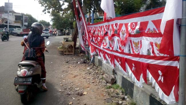 DAGANG : Penjual umbul-umbul di Jalan Letjen Soeprapto Kebonsari