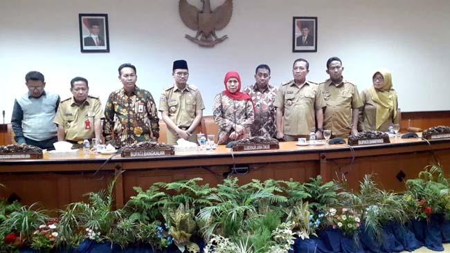 BERSAMA : Gubernur Jawa Timur Khofifah Indar Parawansa saat memaparkan hasil rapat terbatas. (zyn)