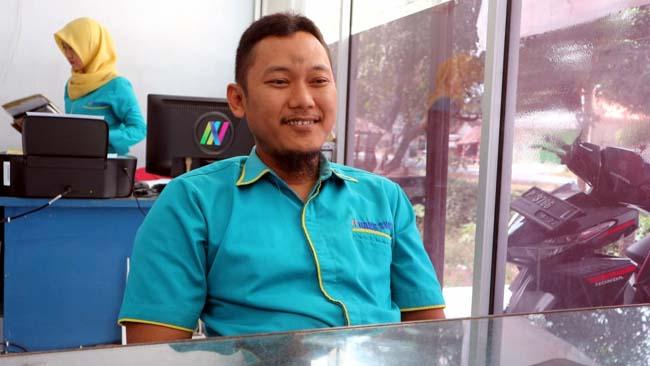 WAWANCARA : Robi Kepala Kantor Cabang Bank SWA Gumukmas saat dikonfirmasi Memontum.com di kantornya. (gik)