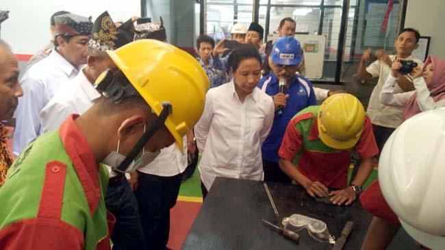 Caption : Menteri BUMN Rini Soemarno saat meninjau SMKN Glagah, Kabupaten Banyuwangi. (ras)