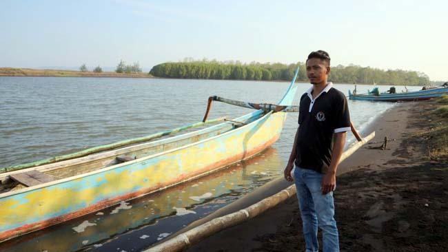 HARAPAN : Rosi dengan perahunya dan hutan Mangrove. (rir)