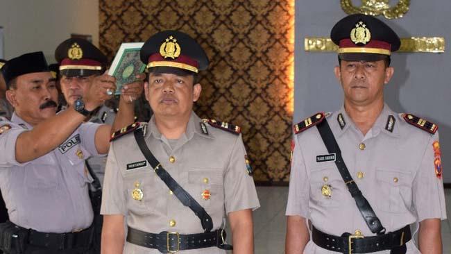 PEJABAT BARU: Iptu Mukmatar dilantik sebagai Kapolsek Tenggarang (kiri) dan Iptu Tulus Suseno dikukuhkan sebagai Kapolsek Tegalampel Polres Bondowoso. (ido)