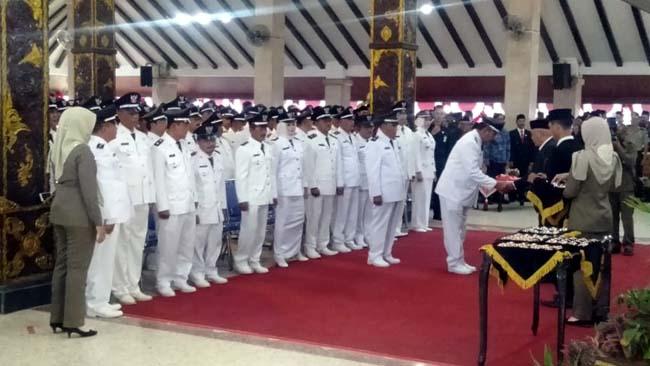 Plt Bupati Malang, Drs HM Sanusi MM saat melantik 269 kades. (sur)