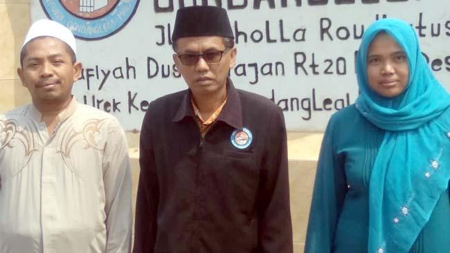 PENDIDIK : H Latiful Arif SIP, bersama Khomaruddin Sholeh MPd dan Yuli Indah Purwanti SPd. (sur)