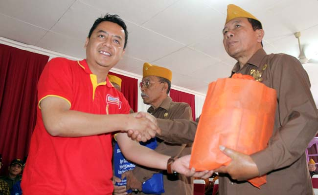 Kepala Cabang Alfamart Malang, Hadi Susianto, memberikan secara simbolis paket sembako kepada anggota LVRI Kota Malang. (rhd)