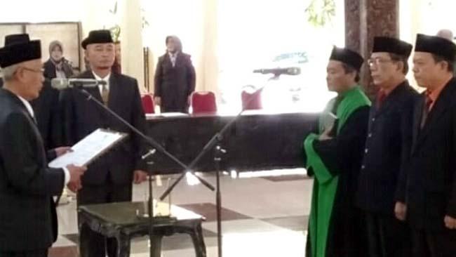 DIMUTASI: Alun Taufana Sulistiyadi (berkacamata) Kepala BKD yang kini dimutasi menjadi Staf Bagian Umum Pemkab Bondowoso. (ido)