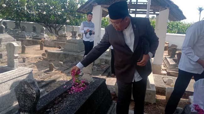 TABUR BUNGA: Bupati Situbondo bersama forkopimda saat ziarah makam. (im)