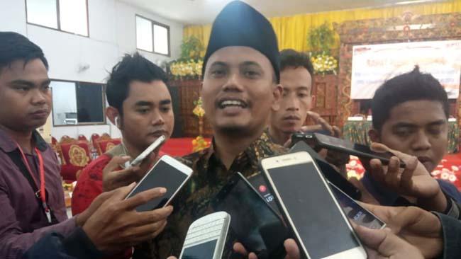 Ketua KPU Bangkalan Zainal Arifin saat diwawancarai