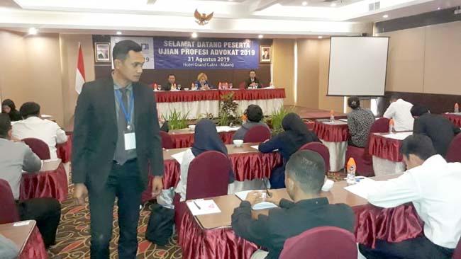 Ketua DPC Peradi Malang Dian Aminuddin SH, saat mengawasi peserta UPA. (gie)