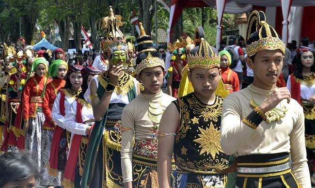 Nuansa Nusantara Warnai Karnaval Mobil Hias Bondowoso