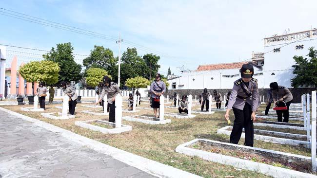 TABUR BUNGA: Kasubbag Minpers Polres Situbondo, AKP Indah Citra Fitriani SIK. (im)