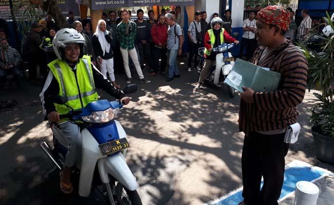 Petugas Satpas Kota Malang  Berkostum Pejuang, Semarak HUT RI ke 74