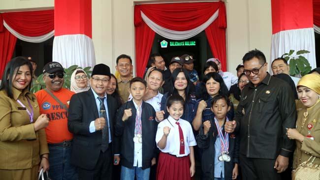 Walikota Malang Drs Sutiaji saat menyambut kedatangan kirab siswa berprestasi internasional. (Ist/ humas)