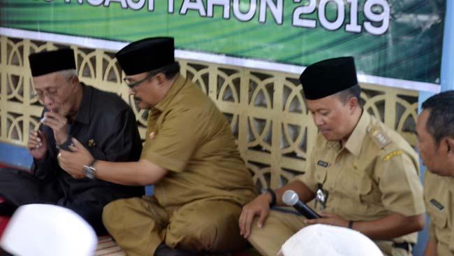 SOSIALISASI: Bupati Bondowoso, KH.Salwa Arifin (kiri) dengan Kadisdikbud, H. Harimas saat sosialisasi pencairan honor guru ngaji di Kecamatan Tenggaran, Senin (2/9/2019)