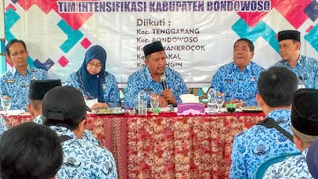 Sekda Bondowoso H. Syaifullah didampingi Kepala Bapenda Endang Hardiyanti saat evaluasi pelunasan PBB-P2 2019 di kecamatan-kecamatan