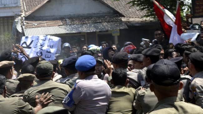 SALING DORONG: Ratusan mahasiswa Bondowoso memaksa masuk halaman gedung DPRD dihadang anggota polisi dan Satpol PP. (ido)