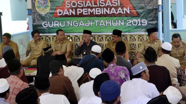 TAK SERENTAK: Guru ngaji di kecamatan yang sudah mendapat sosialisasi dari Bupati KH.Salwa Arifin dan Kadisdikbud H. Harimas, bisa lebih dulu mencairkan honor, asal administrasi lengkap. (ido)