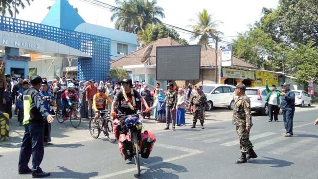 Hakam Mabruri saat mengayuh sepeda pancal, keluar dari Ponpes An Nur 2 Bululawang. (Sur)