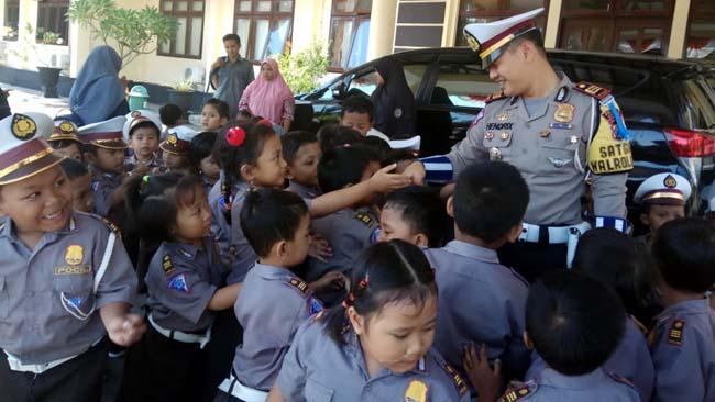 Anak-Anak Bermain dan Belajar Lalu Lintas di Polres Situbondo