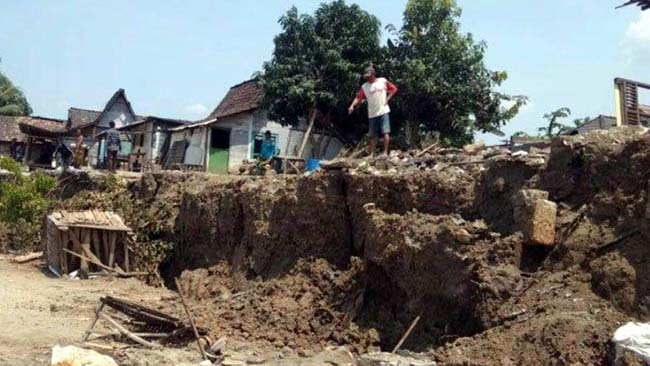 Rumah warga desa Laren kabupaten Lamongan yang diambang longsor di bantaran Bengawan Solo
