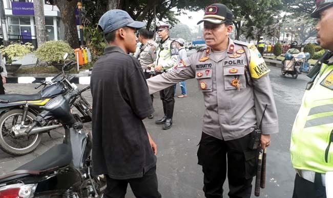 Petugas saat mengamankan ML, karena bawa ruyung tak jauh dari gedung DPRD Kota Malang. (gie)